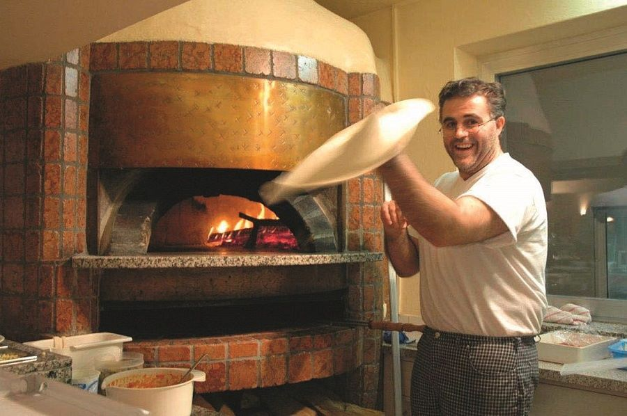 Antonio beim Pizza backen